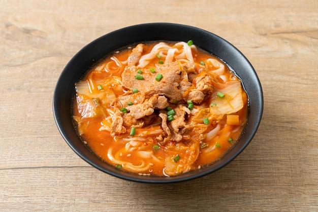김치 수프에 돼지고기를 넣은 한국 우동 라면 - 아시아 음식 스타일