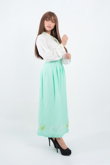 孤立した伝統的な韓国のドレスを着ている韓国の女性