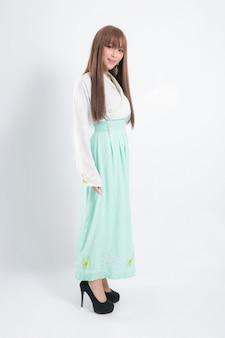 Корейская женщина в традиционном корейском платье на белом фоне в студии.