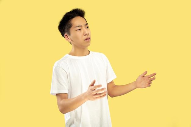 노란색에 한국 젊은이의 절반 길이 초상화