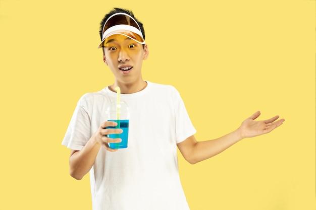 黄色の韓国の若い男の半身像