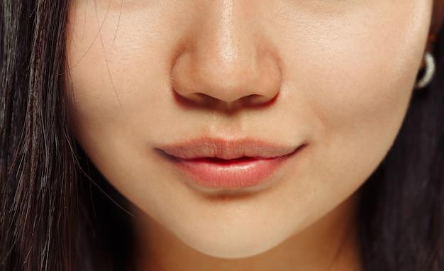 한국 젊은 여자의 초상화를 닫습니다