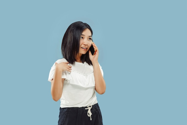 Ritratto a mezzo busto della giovane donna coreana su sfondo blu