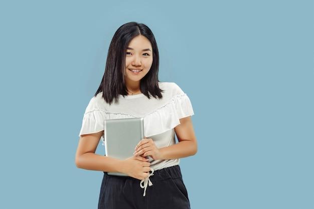 파란색 배경에 한국 젊은 여성의 절반 길이 초상화