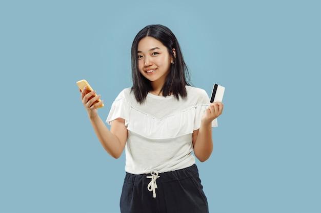 青い背景に韓国の若い女性の半身像