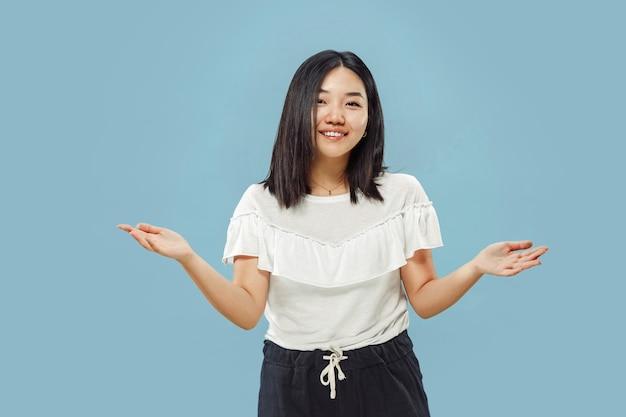 Поясной портрет корейской молодой женщины на синем