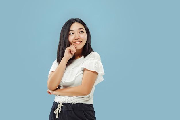 파란색에 한국 젊은 여성의 절반 길이 초상화