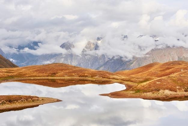 山の湖koruldi。アッパースヴァネティ、ジョージア州ヨーロッパ。コーカサス山脈