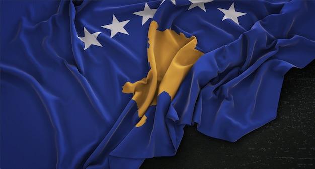 Флаг косово, сморщенный на темном фоне 3d render