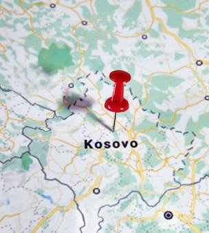 色付きのピンを示す地図上のコソボ