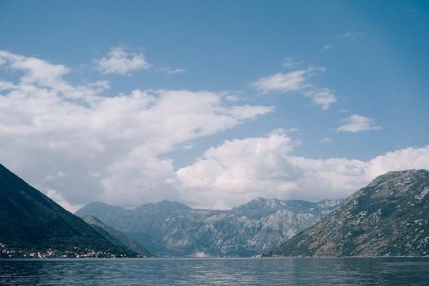 산 기슭에 몬테네그로 바닷물에 코 토르 베이