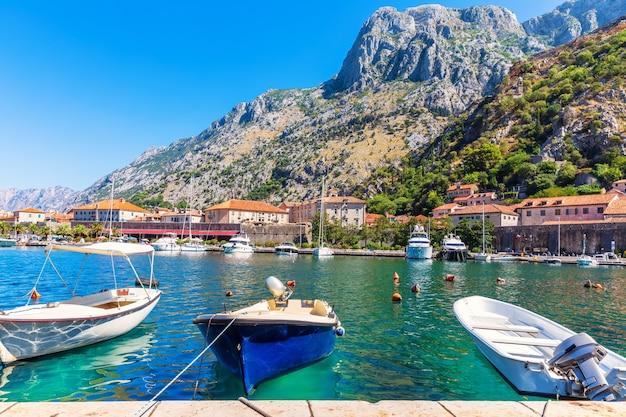 Пристань для яхт котора с лодками и яхтами, прекрасный вид на гавань, черногория.