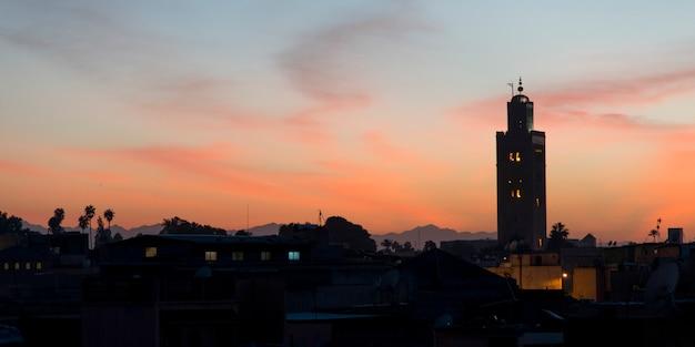 Koutoubiaモスクのミナレット、夕暮れ、メディナ、マラケシュ、モロッコ