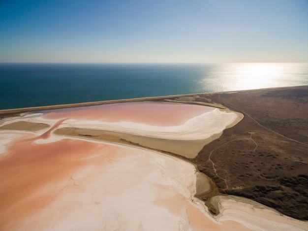 Кояшское розовое соленое озеро в крыму