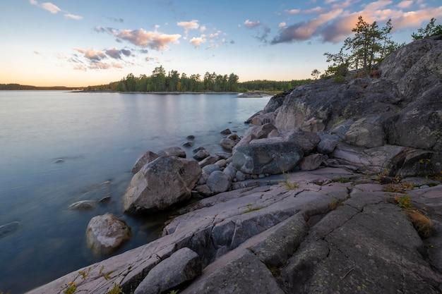 Остров койонсаари на ладожском озере в карелии летнее утро. пейзаж национального парка ладожские шхеры