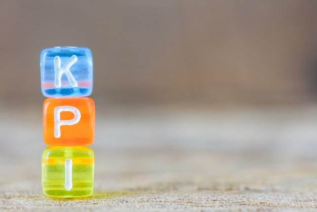 Kpi - ключевой показатель эффективности на фоне стола.