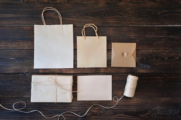 Подарочная коробка и ручка из крафт-картона на дереве