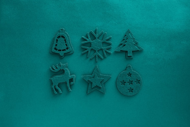 Крафт-фетр зеленый состав игрушки. рождественские украшения на поверхности зеленого цвета приливной воды. войлочный декор -