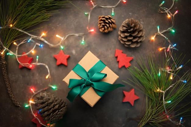 Подарочная коробка крафт на фоне елочных игрушек