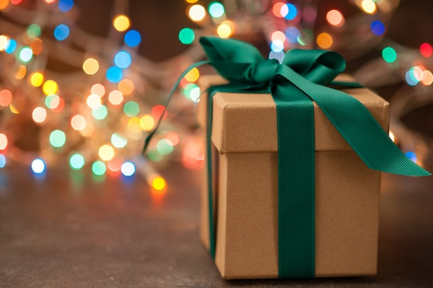 Подарочная коробка крафт на фоне елки и огней
