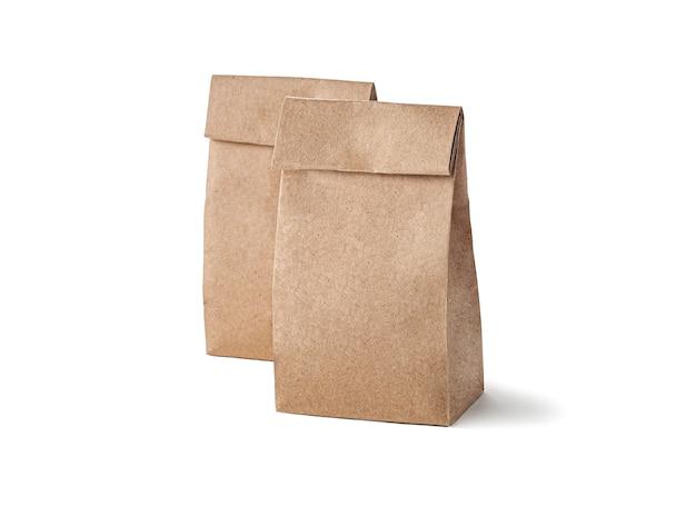크래프트 종이 벌크 제품 종이 봉지. 흰 바탕. 외딴.