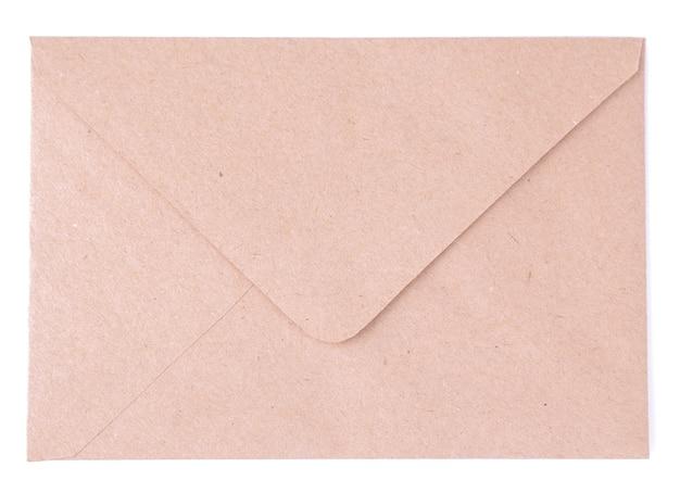 白い孤立した背景にクラフト紙の封筒。メールのコンセプト。上面図