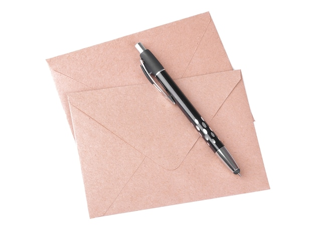 クラフト紙の封筒と白い孤立した背景の上のペン。メールコンセプト上面図