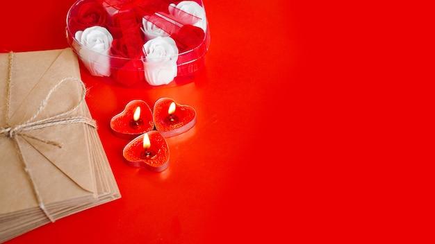 赤に赤いろうそくとクラフト紙の封筒