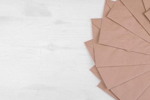 Конверты из крафт-бумаги с местом для надписей. вид сверху. концепция почты или доставки