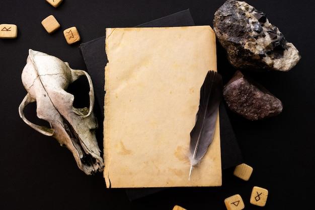Шаблон макета из крафт-бумаги на черном фоне с волшебным таинственным настроением