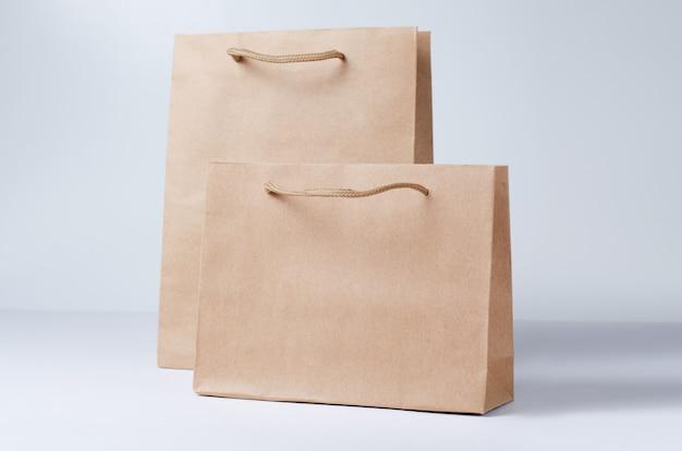 分離されたクラフト紙の買い物袋