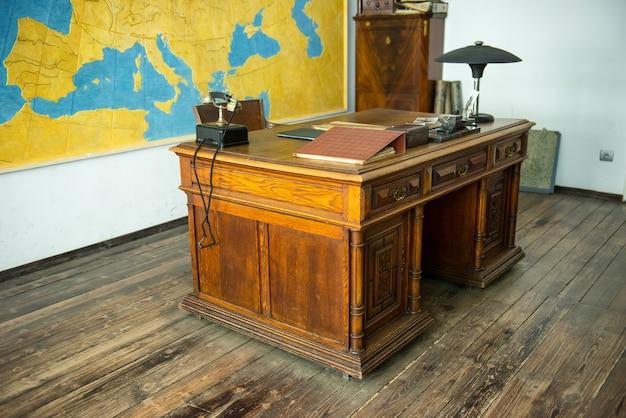 Краков, польша - 4 июня 2014 года. кабинет оскара шиндлера со столом в музейной фабрике в кракове, польша.