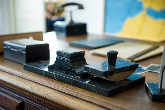 Краков, польша - 4 июня 2014 года. кабинет оскара шиндлера с его собственными вещами и канцелярскими принадлежностями на столе в музейной фабрике в кракове, польша.