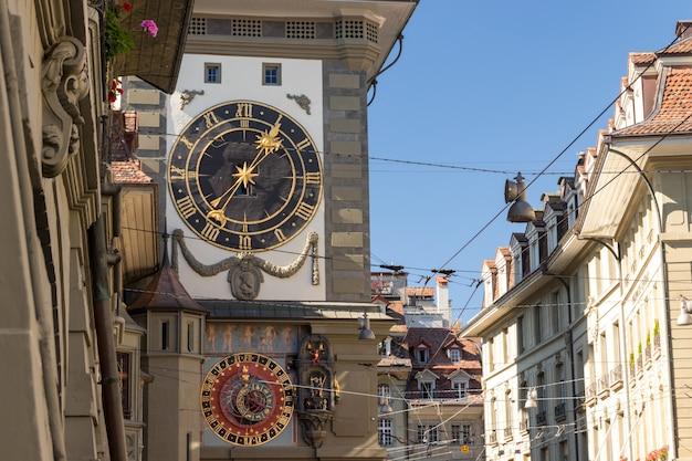 ベルンのkramgasse streetrの天文時計とzytglogge時計塔