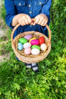 クラシェンキの自家製卵とバスケットと子供の手。