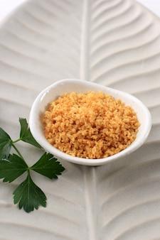 Кремезан айям, хрустящее тесто из куриного бульона, сагу и рисовой муки. обычно сопровождают жареную курицу или жареную утку. добавьте вкусные и хрустящие блюда в повседневную пищу