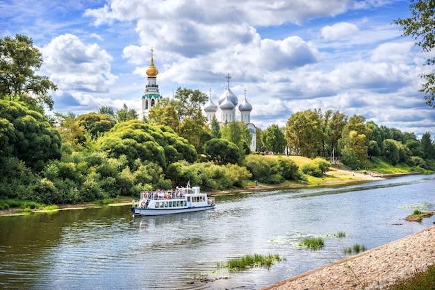 夏の晴れた日にヴォログダの川でクレムリンとモーター船