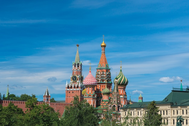 Кремль и собор василия блаженного в москве, россия. тема туризма.