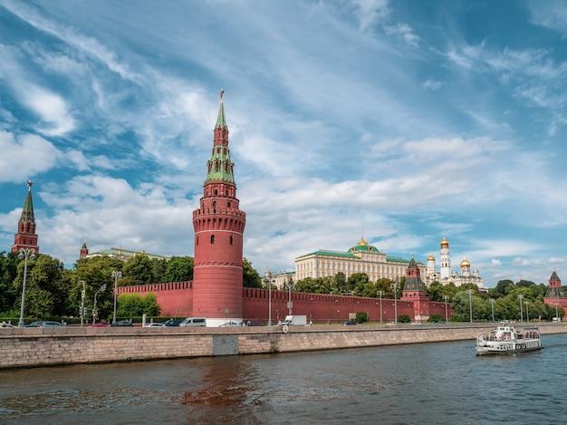 Кремлевская набережная в летний день. башни московского кремля. колокольня ивана великого. храмы москвы.