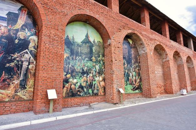 Кремль в коломне, красная крепость, красная стена, кирпичная кладка старинного укрепления.