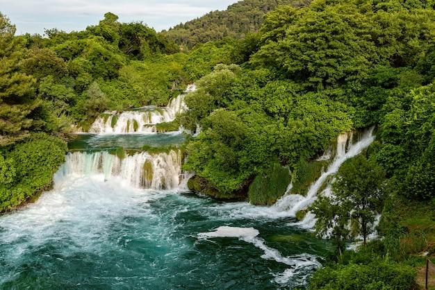 クロアチア、クルカ国立公園のクルカ川の滝