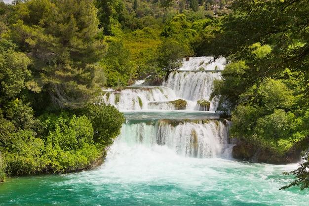Водопады крка в национальном парке в далмации, хорватия
