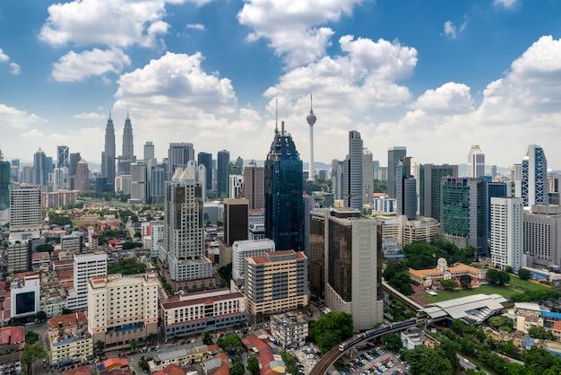 Горизонт города куала-лумпур и небоскреб в куала-лумпур, малайзия