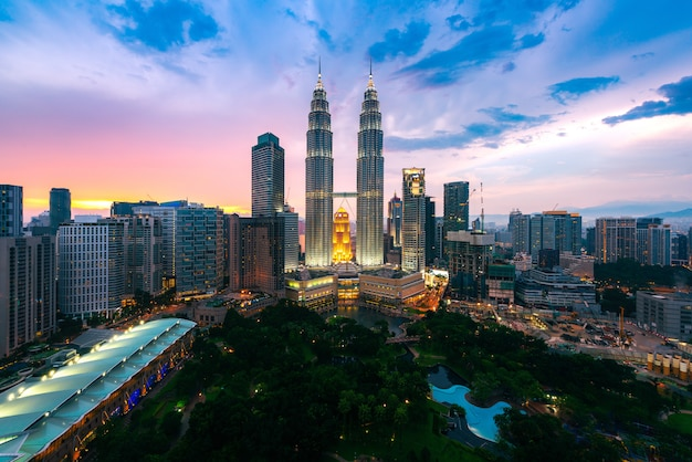 Куала-лумпур город небоскребов в сумерках, куала-лумпур малайзия