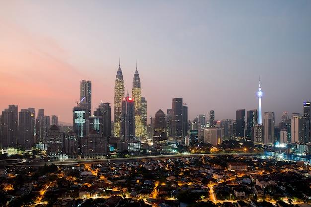 Городской пейзаж куала-лумпур. панорамный вид на горизонт города куала-лумпур во время восхода солнца