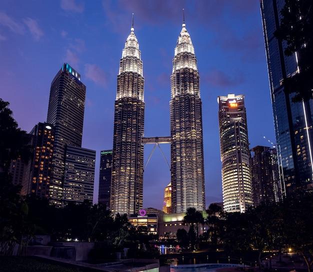 マレーシア、クアラルンプール-2019年1月22日夜のペトロナスツインタワー、社説