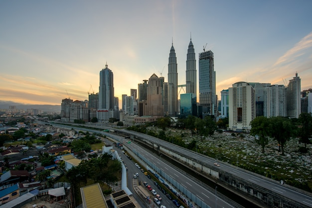 マレーシアのクアラルンプールでの朝のクアラルンプールのスカイラインと高層ビル。