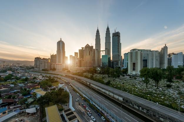 Горизонт и небоскреб куалаа-лумпур на утре в куалае-лумпур, малайзия.