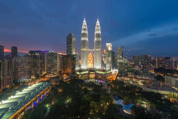 Куала-лумпур и небоскреб ночью в куала-лумпуре, малайзия.