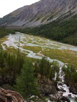 川の流出山川渓谷。ベルーカ国立公園の青いkucherla川